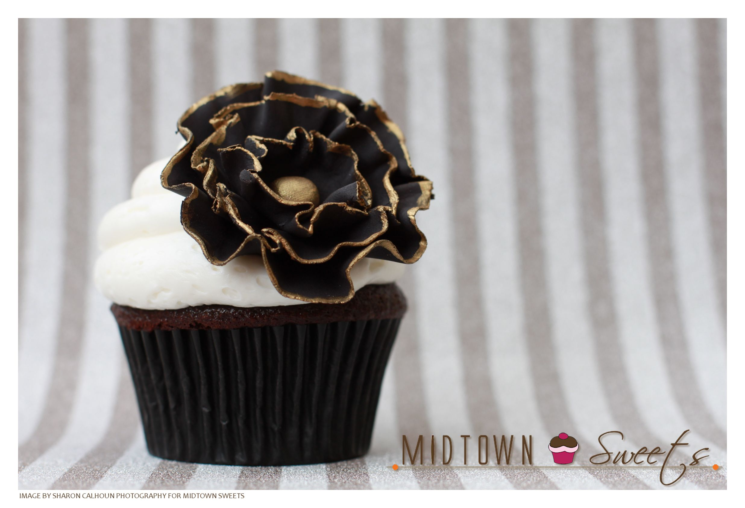 Midtown Sweets Black Amp White Flower Cupcakes With Gold Trim